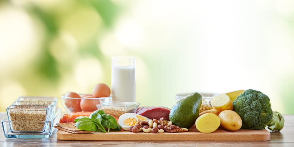 Qual a importância de uma alimentação saudável : dieta balanceada com diversos tipos de alimentos.