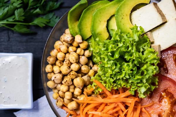 Alimentação saudável e barata: prato com legumes, verduras, grão de bico e frutas.