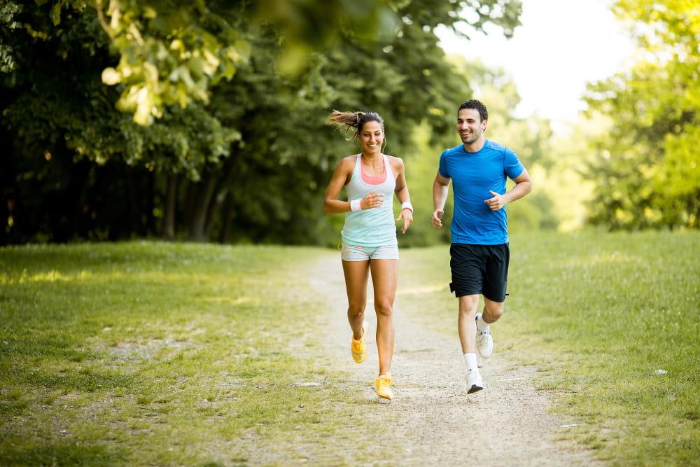 Atividades físicas para quem não gosta de academia: jovem correndo no parque.
