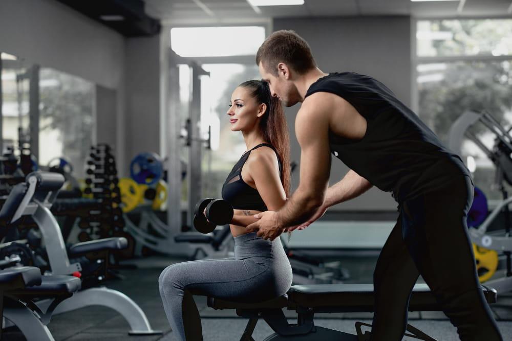 Atividades físicas para quem não gosta de academia: pessoas fazendo musculação.