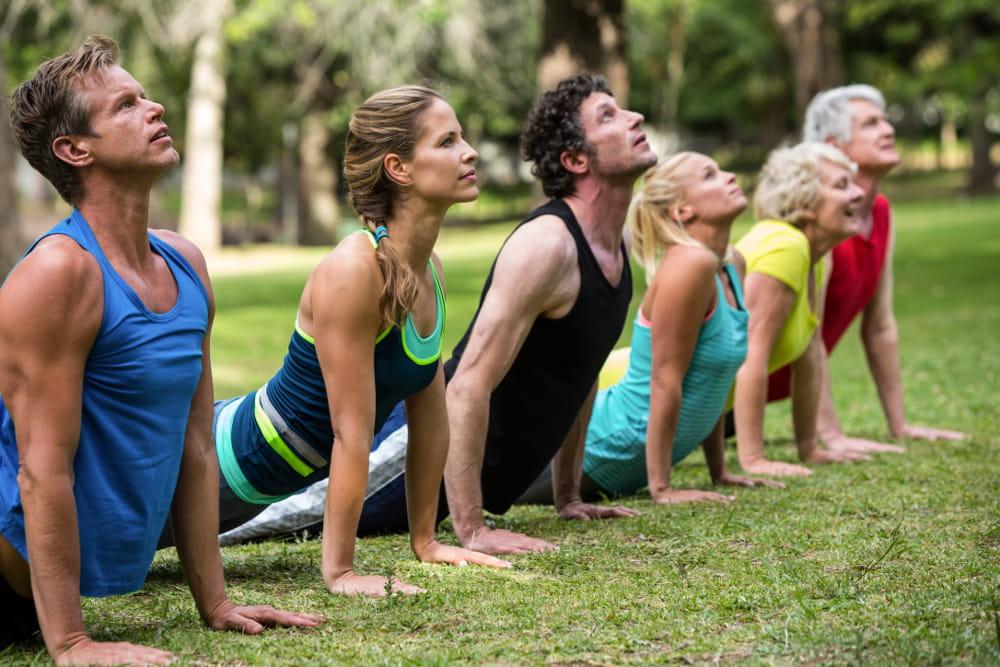 Atividades físicas para quem não gosta de academia: pessoas praticando yoga.