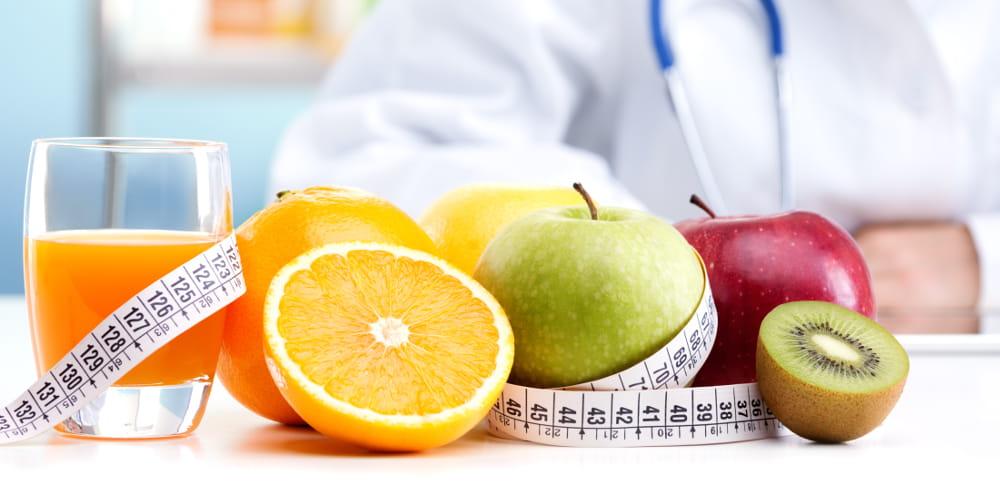 Nutrição a Domicílio: médico montando um plano nutricional.