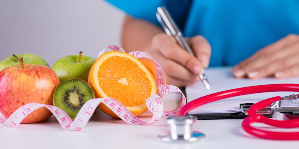 Nutrição Clínica Funcional: médico montando um plano nutricional.