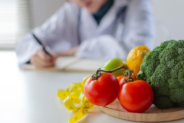 Nutrição Clínica Funcional: nutricionista realizando uma anamnese.
