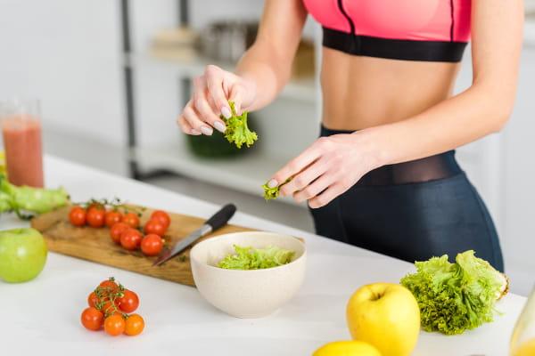 Nutrição Esportiva: atleta preparando uma alimentação saudável.