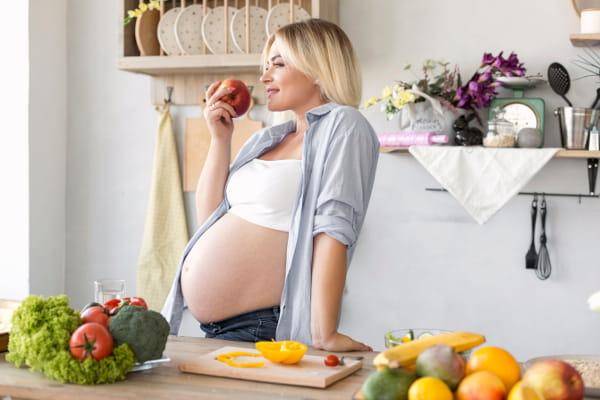 Nutrição para Gestantes: mulher gestante preparando sua refeição.