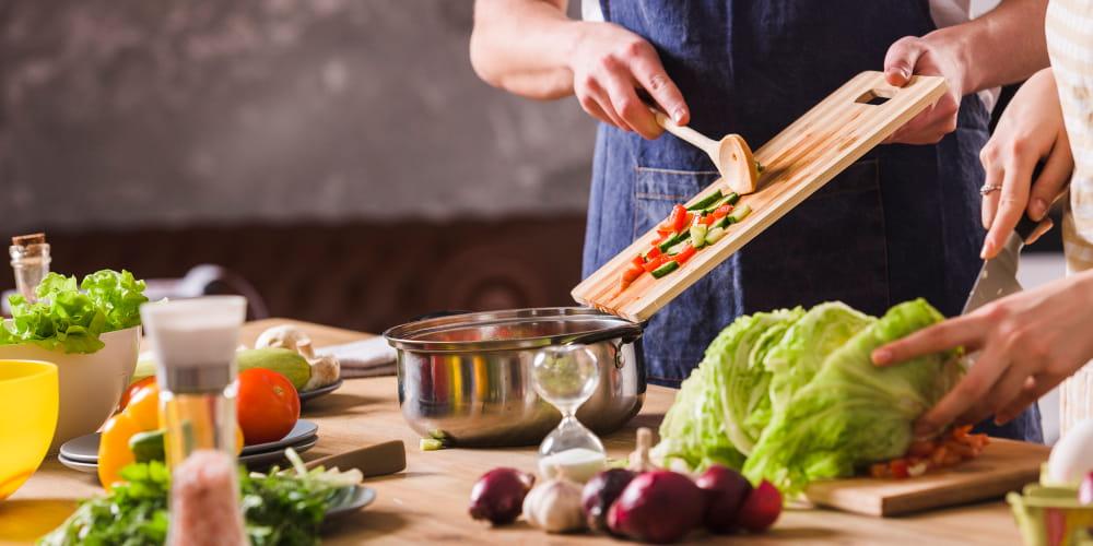 Nutrição Vegetariana: homem preparando a sua refeição.