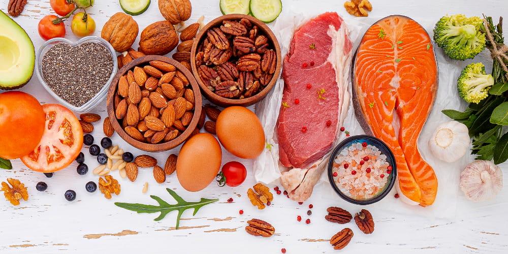 Vitaminas e seus benefícios: mulher jovem preparando uma refeição.